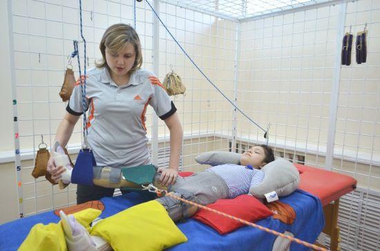 Ребенок с ДЦП на специальных тренажерах