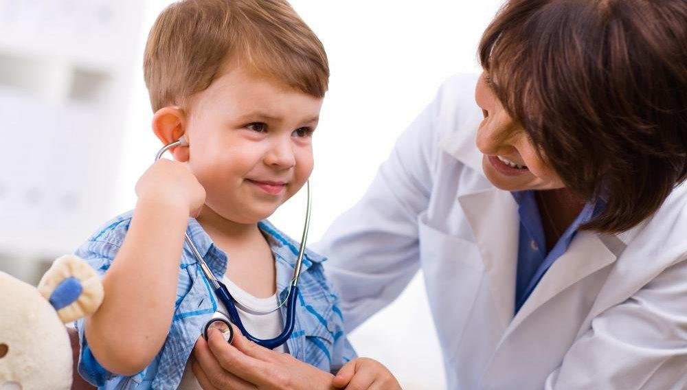 Наблюдение врача за ребенком