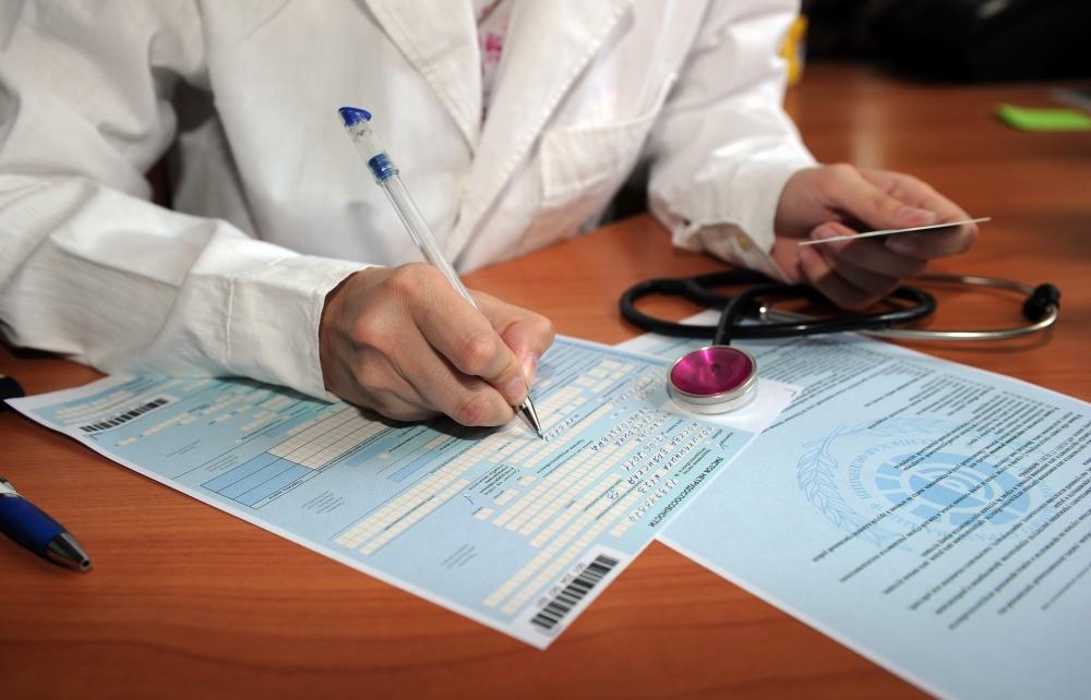 Обязательно следует идти к доктору и брать больничный лист