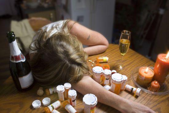 Девушке плохо от алкоголя и лекарств