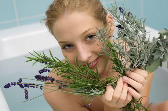 Лекарственные травы в руках девушки