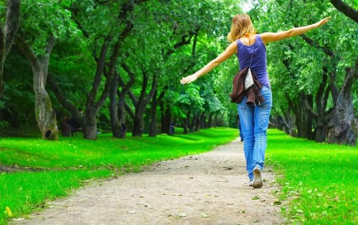 Каждый день совершайте прогулки на свежем воздухе в комфортном темпе