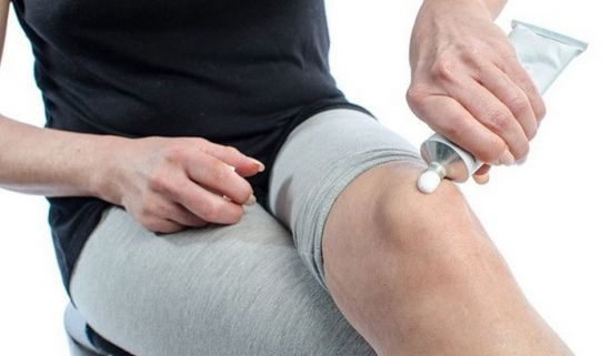 Нанесение мази на колено