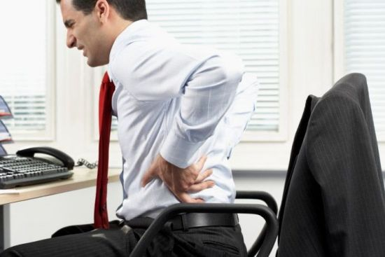 Мужчина за компьютером, болит спина